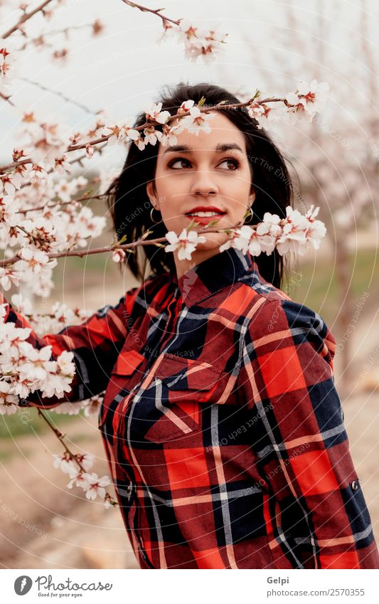 Frau Mensch Natur schön weiß Baum rot Blume Gesicht Erwachsene Blüte natürlich Glück Stil Garten Mode