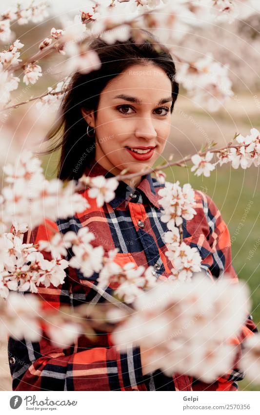 Mädchen Stil Glück schön Gesicht Garten Mensch Frau Erwachsene Natur Baum Blume Blüte Park Mode brünett Lächeln Fröhlichkeit frisch lang natürlich rosa rot weiß