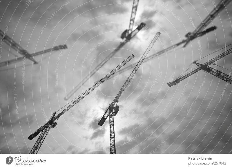 Giraffentanz Himmel Stadt Wolken oben grau Kraft Kommunizieren chaotisch durcheinander Kran bauen komplex Industrieanlage