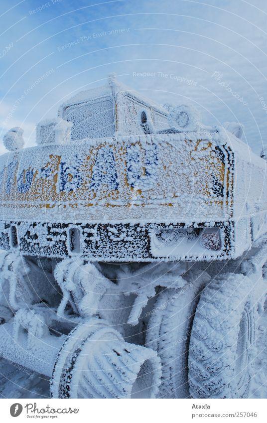 Vereist Bagger Himmel Winter Eis Frost Schnee frieren ästhetisch kalt nah trist blau gelb schwarz weiß Farbfoto Gedeckte Farben Außenaufnahme Menschenleer Tag