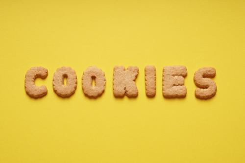 Cookies Lebensmittel Teigwaren Backwaren Süßwaren Kaffeetrinken gelb Plätzchen Kekse Englisch Wort Text Buchstaben Farbfoto Studioaufnahme Menschenleer