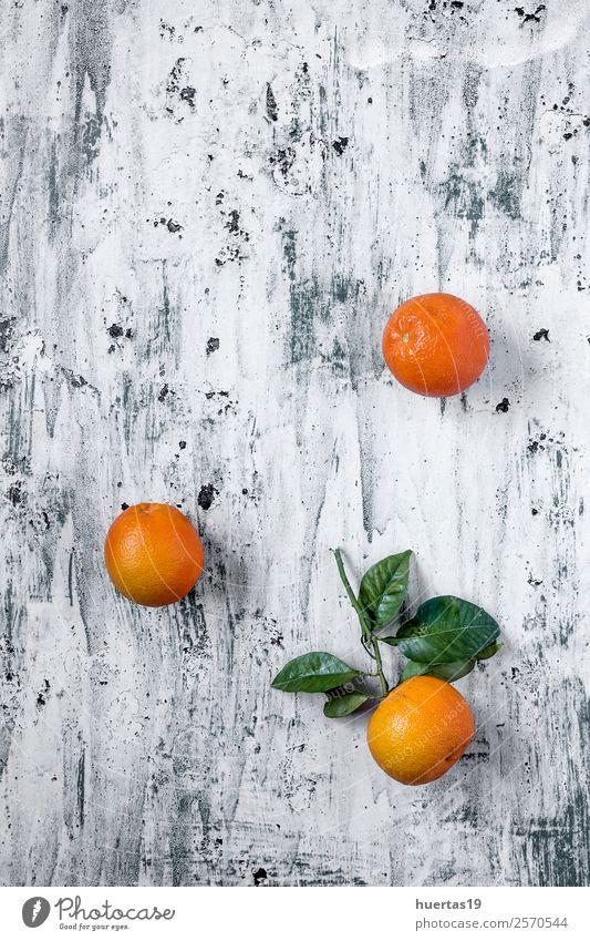 Orangen auf hellem Hintergrund mit hellem Hintergrund Lebensmittel Frucht Ernährung Frühstück Vegetarische Ernährung Diät Getränk trinken Saft frisch lecker
