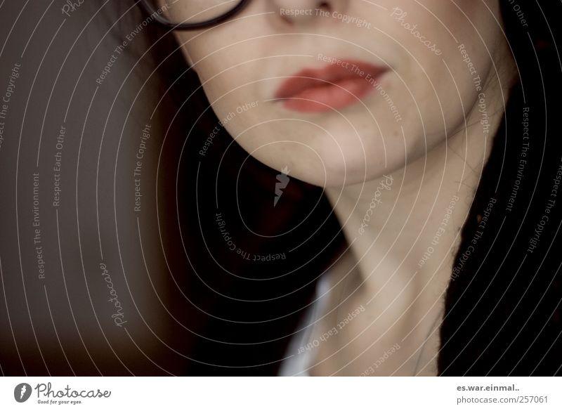 schlaue frau. feminin Mund Lippen Denken Kommunizieren Blick Brille Brillenträger Erfolg klug gelehrt schön Farbfoto Frau Frauenmund Frauenkinn geschminkt