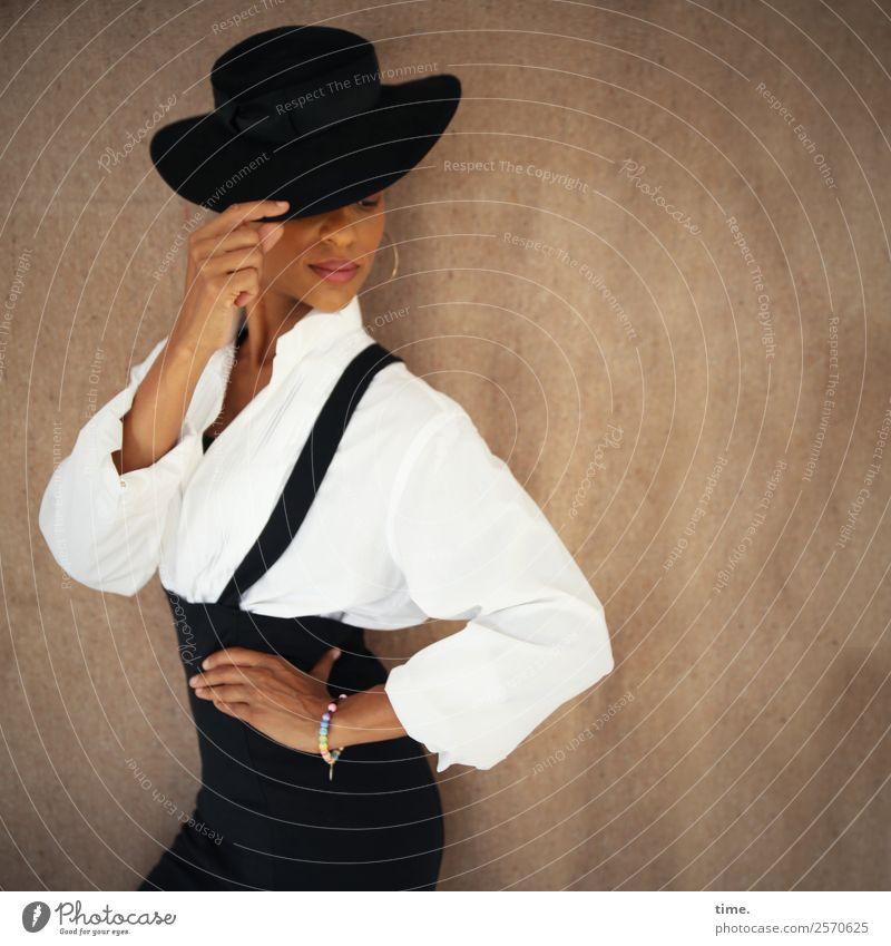 Lilian feminin Frau Erwachsene 1 Mensch Mode Hemd Rock Stoff Schmuck Ohrringe Hut berühren Bewegung festhalten stehen ästhetisch außergewöhnlich schön