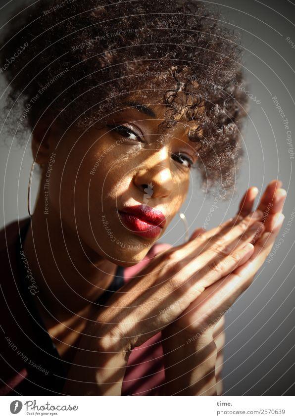 Lilian feminin Frau Erwachsene 1 Mensch Ohrringe Haare & Frisuren brünett langhaarig Locken beobachten Denken festhalten Blick warten außergewöhnlich schön