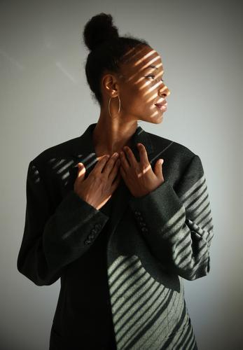 Lilian Blick nach vorn Profil Vorderansicht Porträt Starke Tiefenschärfe Sonnenlicht Schatten Innenaufnahme Leichtigkeit Inspiration Interesse Neugier Leben