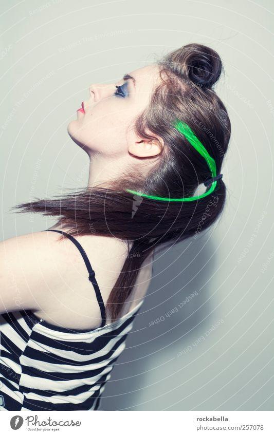 rockabella. feminin 1 Mensch 18-30 Jahre Jugendliche Erwachsene schwarzhaarig brünett langhaarig Zopf Punk Rockabilly Farbfoto Studioaufnahme