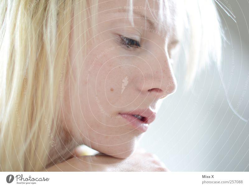 hellblond schön Haare & Frisuren Mensch feminin Junge Frau Jugendliche Gesicht 1 18-30 Jahre Erwachsene Stimmung Traurigkeit Liebeskummer Sehnsucht Farbfoto