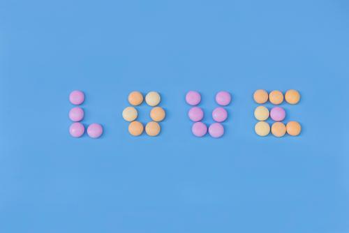 Süßigkeiten Liebesbriefe Lebensmittel Bonbon Tapete Essen Valentinstag lecker süß blau gelb rosa farbenfroh horizontale Aufnahme nikon d750 Buchstaben Zucker