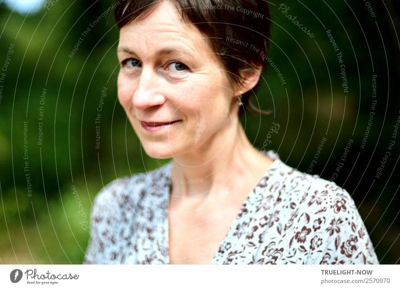 Grenzüberschreitungen | ...oder lieber doch nicht? Freude Mensch Frau Erwachsene Leben 1 45-60 Jahre Gefühle Stimmung Mitgefühl Güte Menschlichkeit