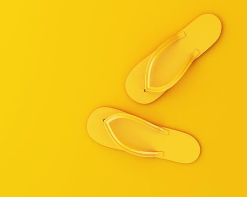 3d Flip Flops auf gelbem Hintergrund. Sommer-Konzept Design Freude Erholung Freizeit & Hobby Ferien & Urlaub & Reisen Strand Fuß Mode Bekleidung Schuhe