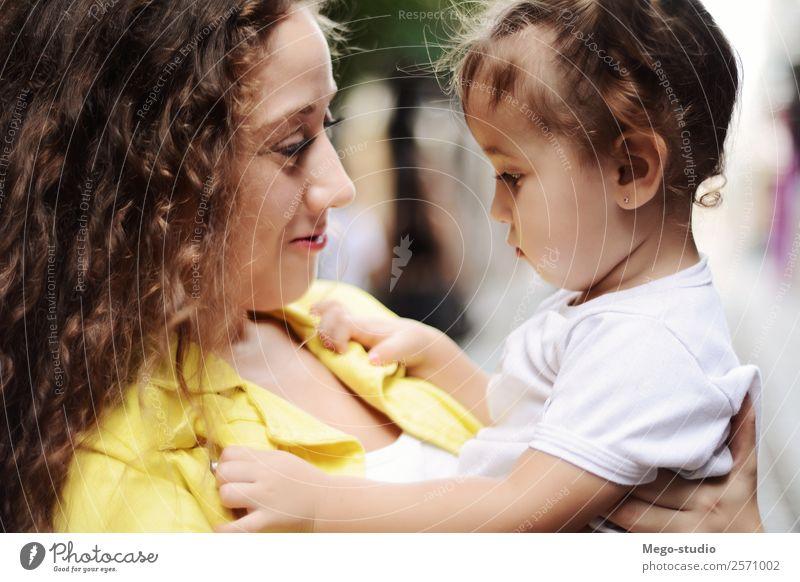 Die ältere Schwester umarmt die junge Schwester. Familien- und Personenkonzept. Lifestyle Freude Glück schön Gesicht Sommer Kind Mensch Frau Erwachsene