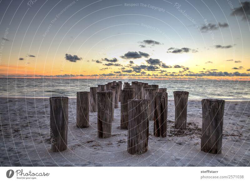 Verfallene Ruinen eines Piers am Port Royal Beach bei Sonnenuntergang Strand Meer Wellen Landschaft Wolken Küste blau gelb Port Royal Strand Abenddämmerung