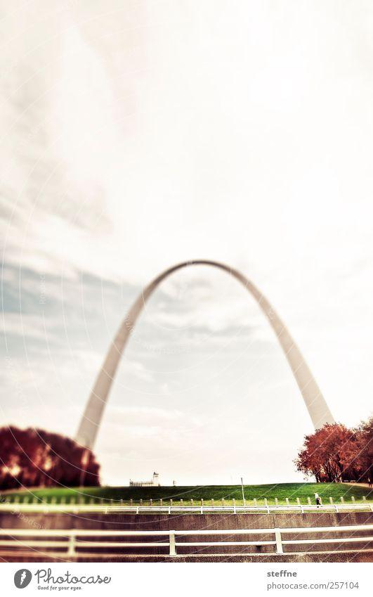 Spannungsbogen Himmel Herbst Park Wiese USA Nordamerika Stadt Skyline Architektur Sehenswürdigkeit Wahrzeichen außergewöhnlich Bogen schwungvoll Farbfoto