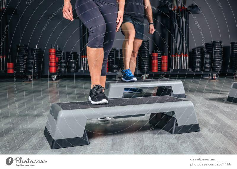Paar Beine über Stepper Training in der Aerobic-Klasse Lifestyle schön Sport Klettern Bergsteigen Mensch Frau Erwachsene Mann Freundschaft Turnschuh Fitness