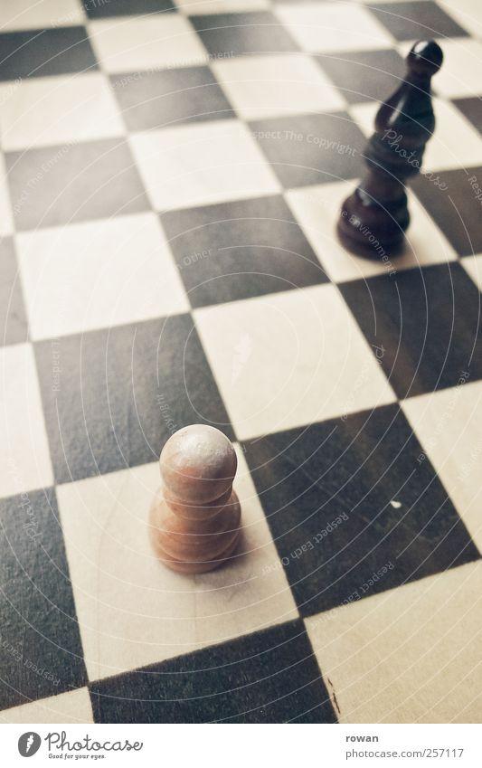 diagonal Holz schwarz weiß Schach Schachfigur Landwirt Läufer Muster Spielen Angriff klein braun Farbfoto Tag