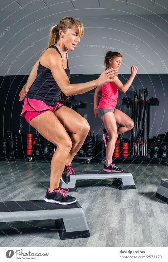 Frauen Paar Training über Stepper in der Aerobic-Klasse Lifestyle Glück schön Körper Sport Mensch Erwachsene Freundschaft Fitness springen authentisch dünn