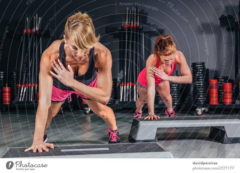 Frauen Paar Training über Stepper in der Aerobic-Klasse Lifestyle Glück schön Körper Sport Mensch Erwachsene Freundschaft Fitness authentisch dünn Erotik