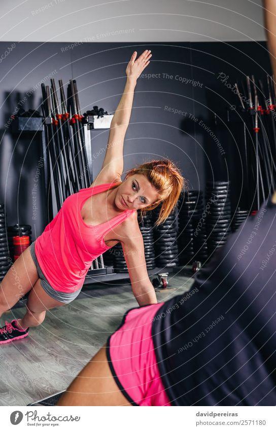 Frau, die in der Aerobic-Klasse mit einer Gruppe Übungen macht. Lifestyle schön Körper Sport Mensch Erwachsene Freundschaft Menschengruppe Fitness authentisch