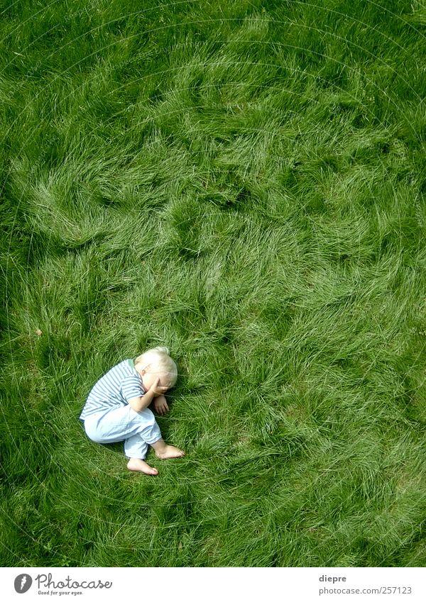 punktum Mensch Kind grün Junge Gras Stimmung Kindheit Körper blond natürlich maskulin liegen niedlich Punkt Sportrasen Kleinkind