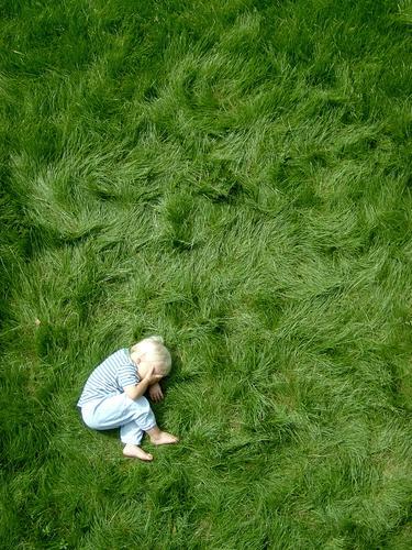 punktum Mensch maskulin Kind Kleinkind Junge Kindheit Körper 1 3-8 Jahre blond natürlich niedlich grün Stimmung Punkt liegen Gras Barfuß Sportrasen Farbfoto