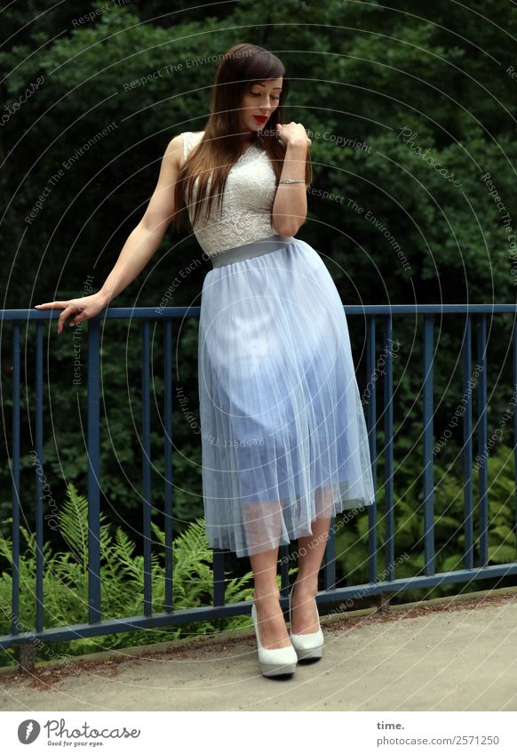 Nastya feminin Frau Erwachsene 1 Mensch Baum Farn Park Brücke Wege & Pfade Mode Kleid Damenschuhe brünett langhaarig berühren stehen träumen elegant schön