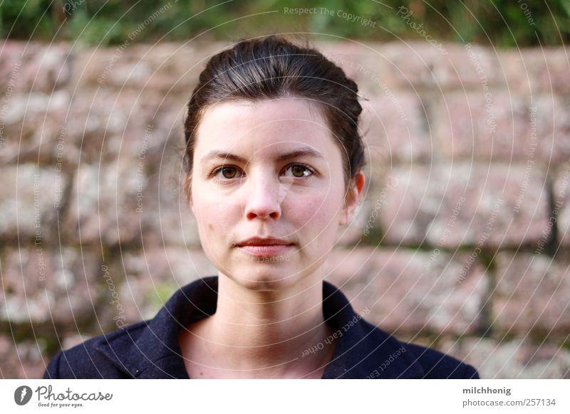 portrait #0 Mensch feminin Junge Frau Jugendliche 1 18-30 Jahre Erwachsene Mauer Wand brünett Zopf beobachten Denken Blick ästhetisch schön selbstbewußt Kraft