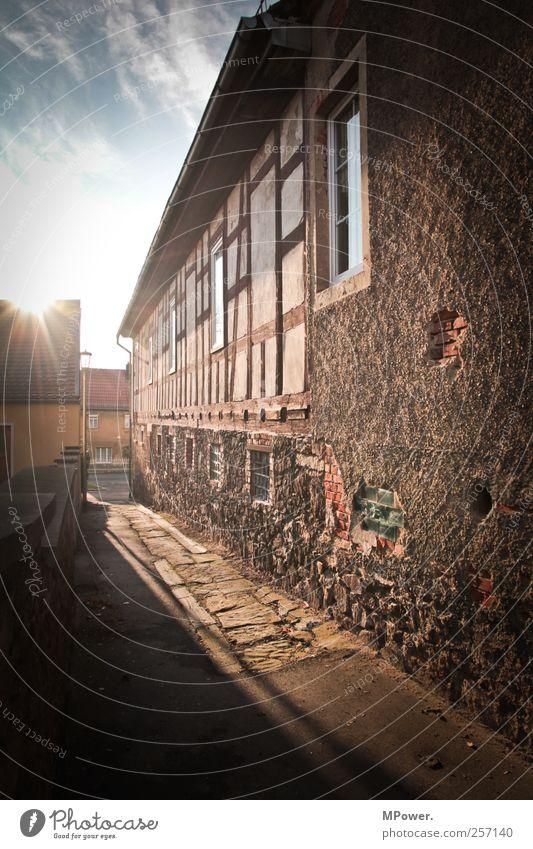 dorfgasse Dorf Mauer Wand Fenster Dach Stimmung Fachwerkfassade Altbau Putz Schatten Dorfstraße Gasse Wolkenhimmel Sonnenstrahlen Stein Farbfoto Außenaufnahme
