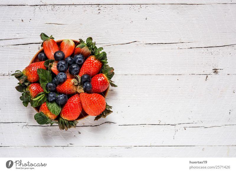 Mischung aus Erdbeeren und Heidelbeeren Lebensmittel Frucht Dessert Ernährung Frühstück Abendessen Bioprodukte Vegetarische Ernährung Diät Tisch Menschengruppe