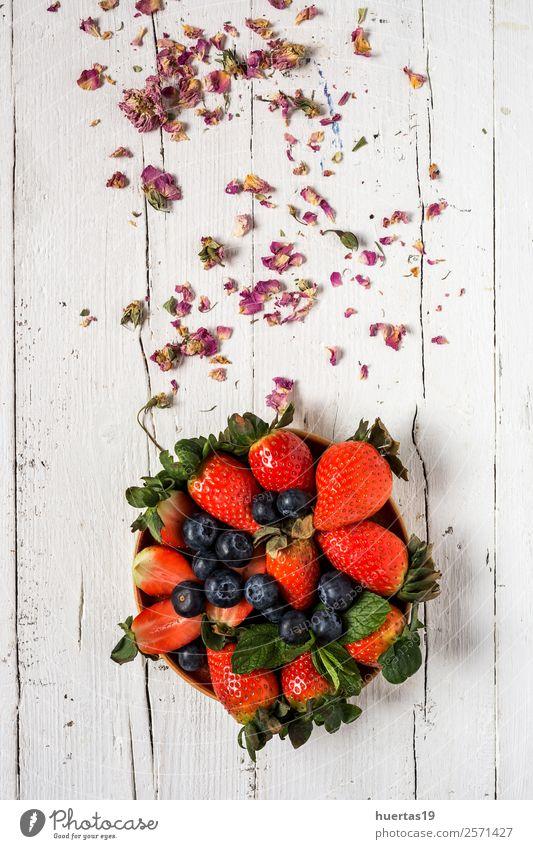 Mischung aus Erdbeeren und Heidelbeeren Lebensmittel Gemüse Frucht Dessert Süßwaren Ernährung Frühstück Abendessen Vegetarische Ernährung Diät Tisch