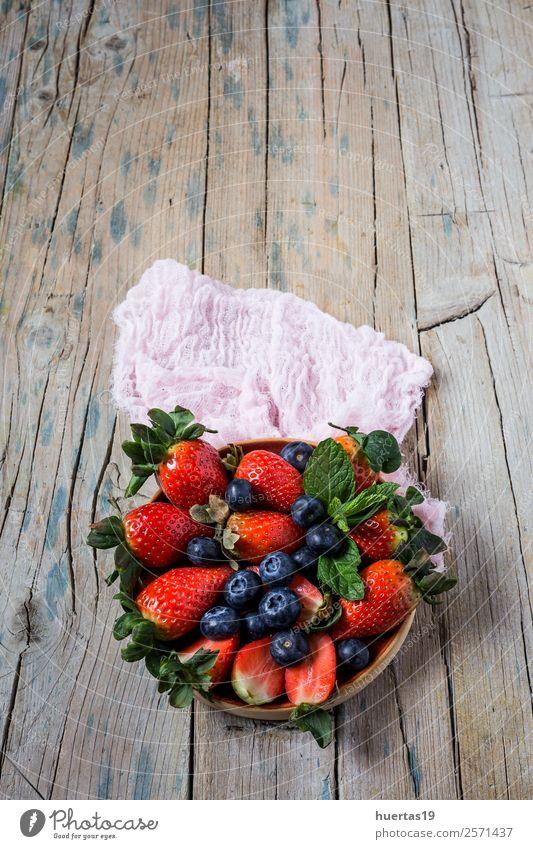 Mischung aus Erdbeeren und Heidelbeeren Lebensmittel Frucht Dessert Süßwaren Ernährung Frühstück Abendessen Vegetarische Ernährung Diät Tisch Menschengruppe