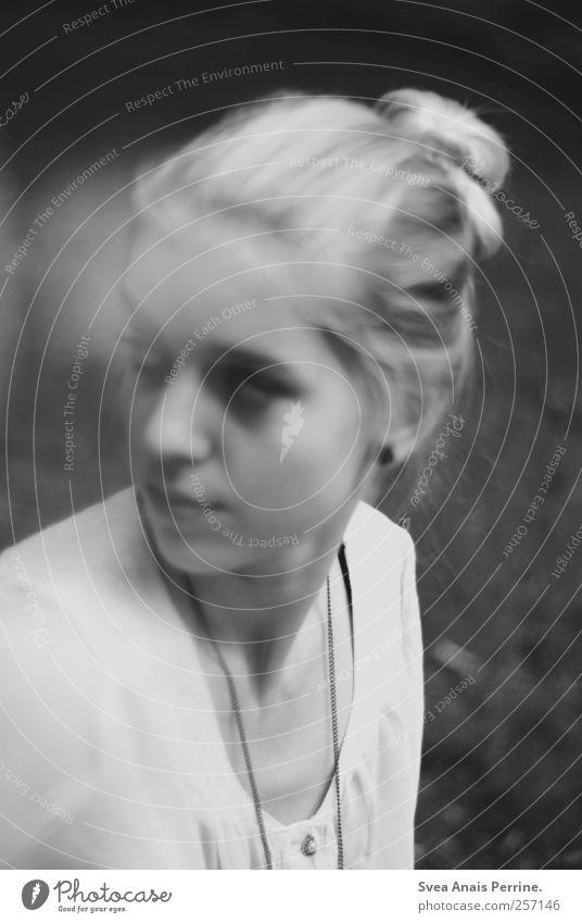 das was dir wichtig ist. Mensch Jugendliche Erwachsene Gesicht Wiese feminin Haare & Frisuren Traurigkeit träumen Park einzigartig 18-30 Jahre Junge Frau Kette