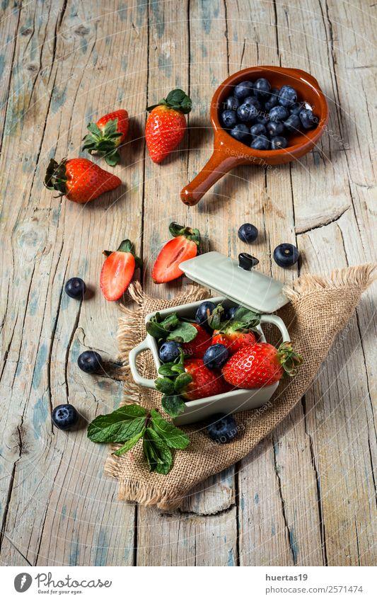 Mischung aus Erdbeeren und Heidelbeeren Lebensmittel Frucht Dessert Ernährung Frühstück Abendessen Vegetarische Ernährung Diät Tisch Menschengruppe Blatt alt
