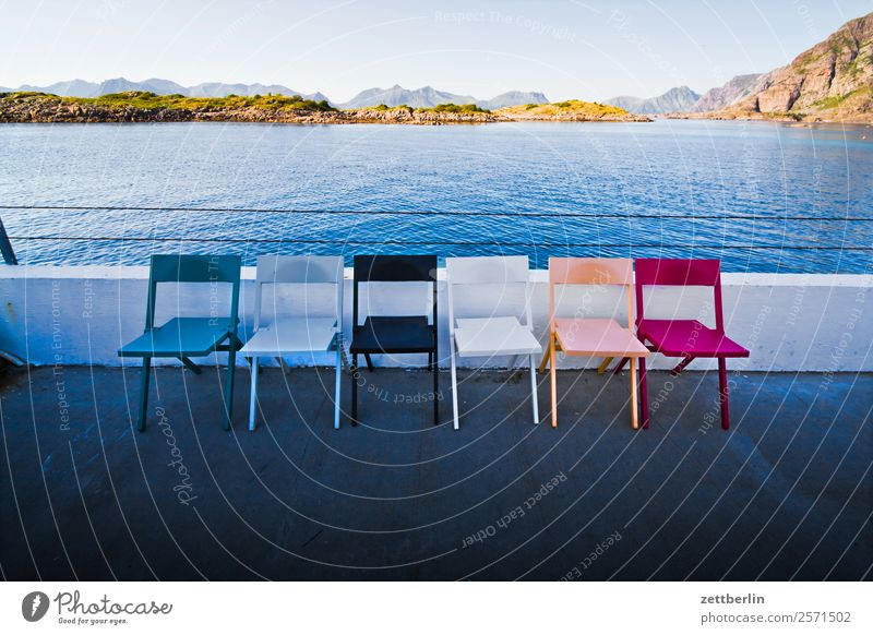 Sechs Stühle in Henningsvær Polarmeer Europa Felsen Ferien & Urlaub & Reisen Fjord Himmel Himmel (Jenseits) Horizont Insel Landschaft maritim Meer Natur