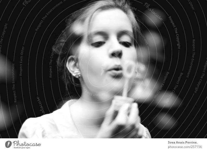 ... feminin Gesicht 1 Mensch 18-30 Jahre Jugendliche Erwachsene Zopf Dutt Ohrringe Seifenblase träumen Hoffnung Atem Schwarzweißfoto Außenaufnahme Low Key