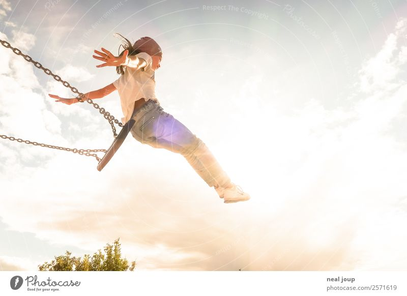 Kind springt von Schaukel Kinderspiel Fröhlichkeit Optimismus Freude schaukeln feminin Mädchen Kindheit 1 Mensch 8-13 Jahre Himmel Sommer fliegen Spielen