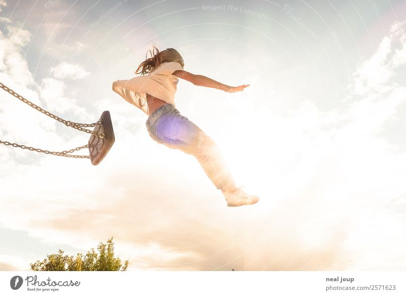 Kind springt von Schaukel Kinderspiel schaukeln Optimismus Mut positiv feminin Mädchen Kindheit 3-8 Jahre Himmel Sommer fliegen Spielen springen frei