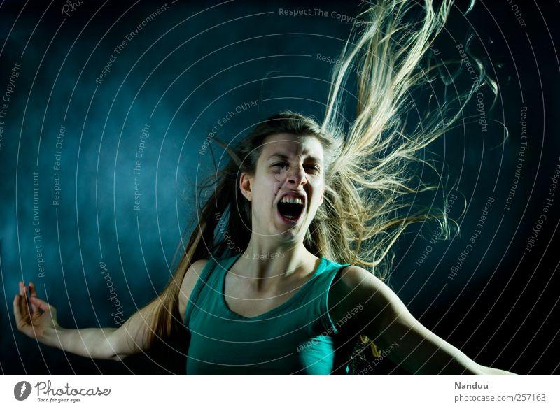 Die Welt ist hart, doch wir sind härter. Mensch feminin 1 18-30 Jahre Jugendliche Erwachsene schreien Aggression Körperspannung Haare & Frisuren Ungeschminkt