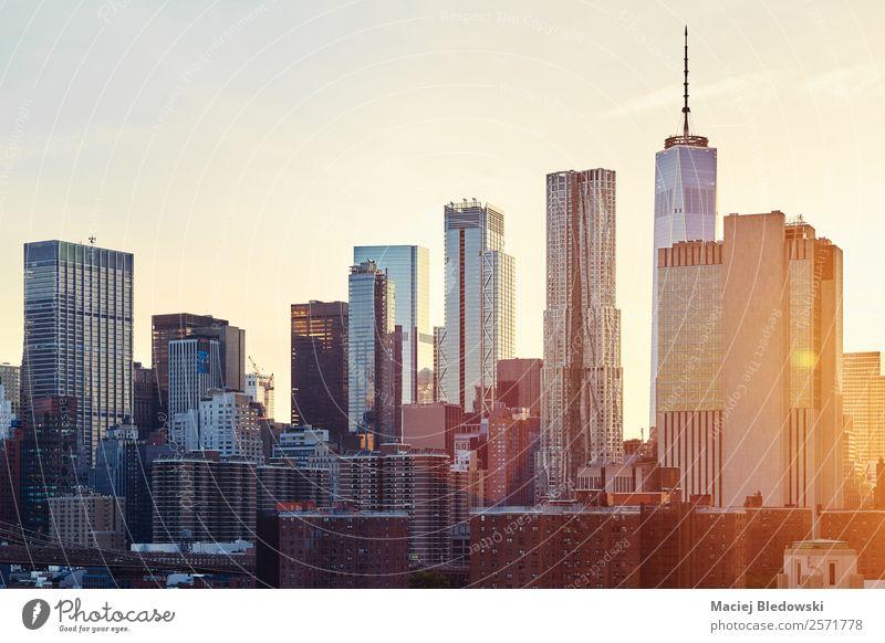 New York City Skyline bei Sonnenuntergang. Büro Himmel Wolkenloser Himmel Stadtzentrum bevölkert überbevölkert Hochhaus Bankgebäude Gebäude Architektur Mauer