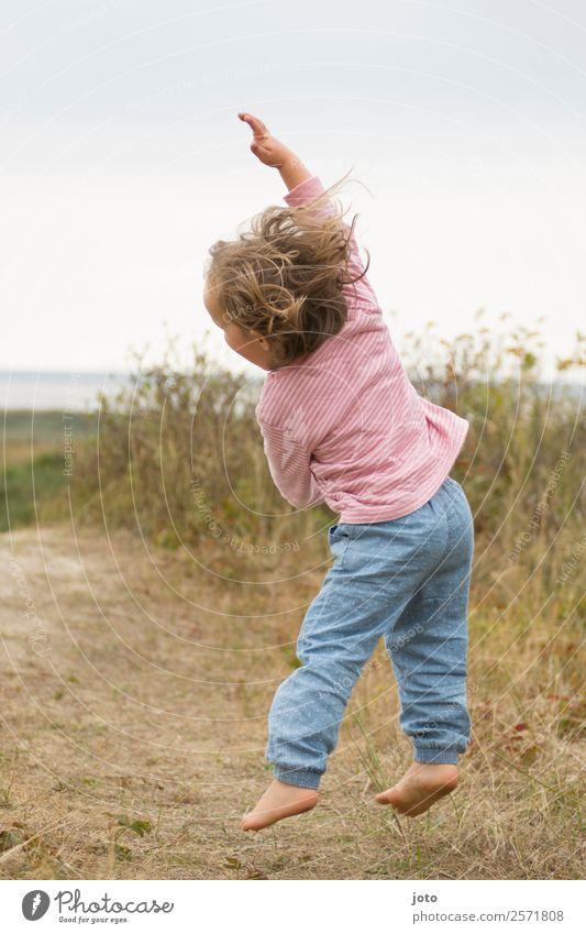 Sooooo hoch! Freude Gesundheit Wohlgefühl Ferien & Urlaub & Reisen Ausflug Freiheit Sommer Kind Kleinkind Mädchen Kindheit 1 Mensch 1-3 Jahre Natur Bewegung