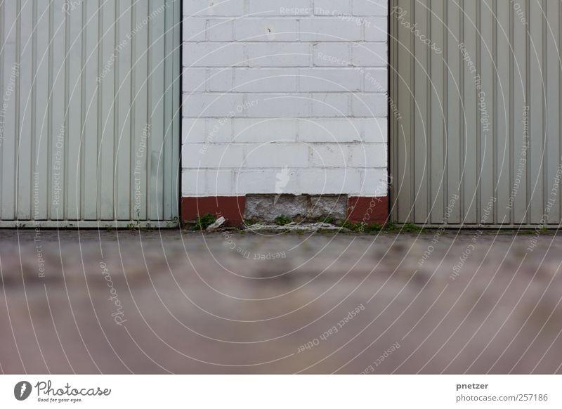 . alt Haus Wand Gebäude Mauer Metall Park Tür Zeit Platz kaputt Bauwerk verfallen Tor Verfall Garage