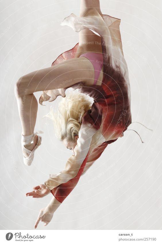 downward jump Mensch Jugendliche Freude Erwachsene feminin Sport Bewegung Glück Tanzen blond fliegen Kleid 18-30 Jahre Fitness Balletttänzer Junge Frau