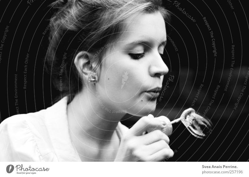 vergänglichkeit des seins. Mensch Jugendliche Erwachsene Gesicht feminin Bewegung Haare & Frisuren Zufriedenheit außergewöhnlich einzigartig 18-30 Jahre Sehnsucht Junge Frau blasen Seifenblase Zopf