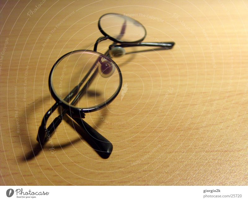 Brille Tisch Schreibtisch kleine Blende schwarz Unschärfe Beleuchtung Schatten Makroaufnahme