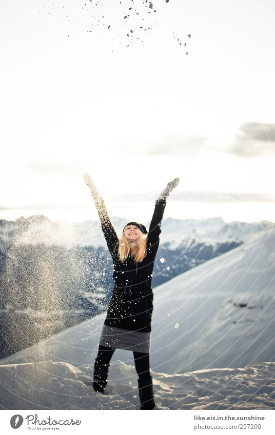 Frau Holle in Aktion Mensch Jugendliche Ferien & Urlaub & Reisen Freude Winter Erwachsene feminin Berge u. Gebirge Leben Schnee Spielen Freiheit Glück