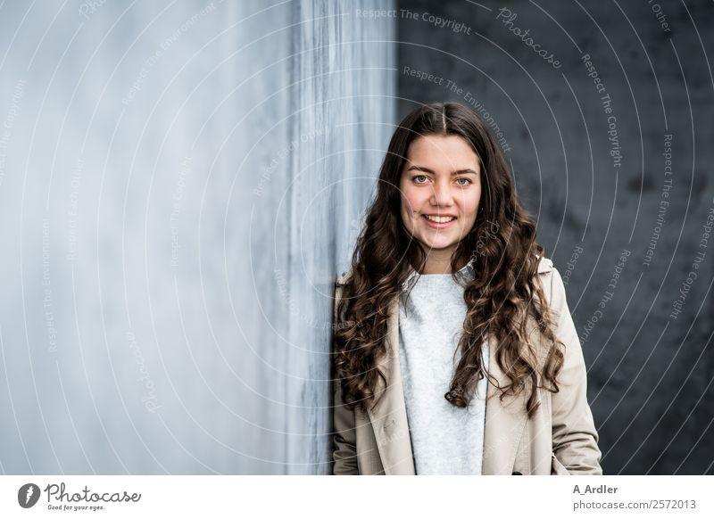 entspanntes Model Mensch feminin Junge Frau Jugendliche 1 18-30 Jahre Erwachsene Stadt Mauer Wand Bekleidung Mantel Haare & Frisuren brünett langhaarig Locken