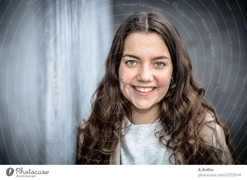 entspannt... Mensch feminin Junge Frau Jugendliche Kopf 1 18-30 Jahre Erwachsene Stadt Mauer Wand Haare & Frisuren brünett langhaarig Locken Beton Lächeln