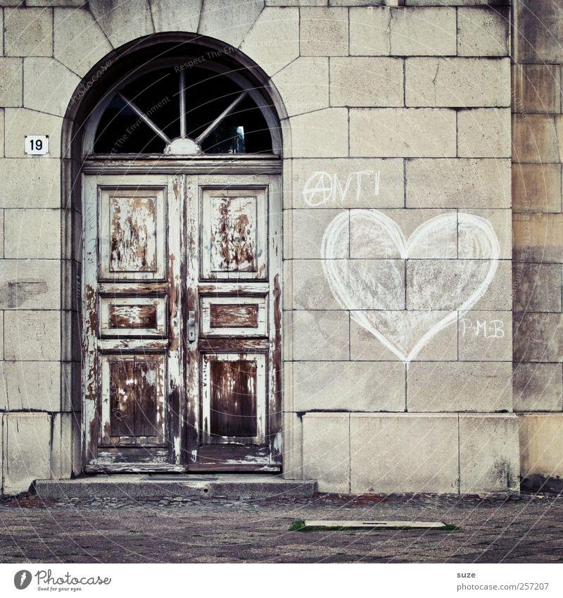 Das letzte Türchen alt Haus Graffiti Wand Liebe Mauer grau braun Fassade Häusliches Leben authentisch geschlossen Herz Vergänglichkeit Wandel & Veränderung