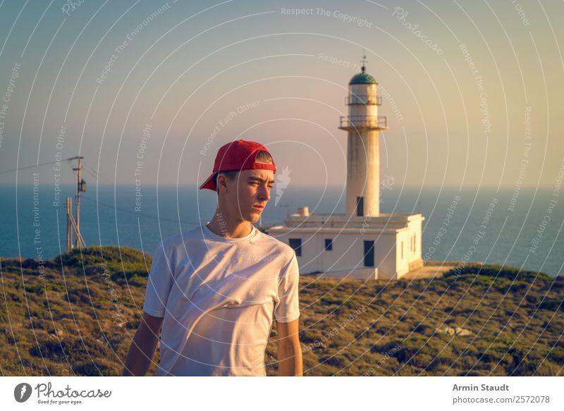 Porträt vor Leuchtturm Mensch Ferien & Urlaub & Reisen Natur Jugendliche Junger Mann Landschaft Meer ruhig Ferne Lifestyle Stil Tourismus Freiheit Stimmung