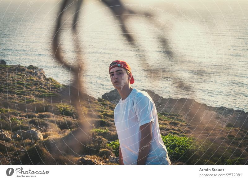 Porträt am Felsenstrand Mensch Ferien & Urlaub & Reisen Jugendliche Junger Mann Landschaft Meer ruhig Freude Ferne Strand Lifestyle Leben Sport Stil Stimmung